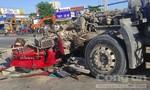 Lật tung đống đổ nát cứu tài xế xe đầu kéo và người đi xe máy ở Sài Gòn