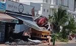 Xe đầu kéo chở sắt mất lái lao vào tông sập nhà dân