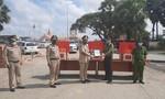 Công an TPHCM và Long An tặng quà, thiết bị y tế cho Cảnh sát Campuchia