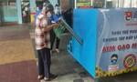 Người dân khó khăn ở quận Phú Nhuận háo hức với ATM gạo miễn phí