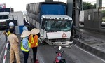 Xe tải tông sập cabin trạm thu phí cao tốc Thân Cửu Nghĩa