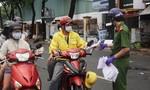 Tình nguyện viên hỗ trợ kê khai y tế để tránh ùn tắc tại các chốt kiểm soát