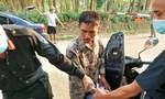 Người đàn ông mang theo súng đạn và ma túy đi qua chốt kiểm dịch