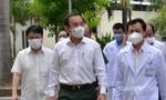 Bí thư Thành ủy Nguyễn Văn Nên đến BV thăm cán bộ Công an mắc COVID-19 diễn tiến nặng