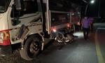 Xe máy ôm cua tông xe tải, hai thanh niên tử vong