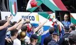 Clip tuyển Italia đưa cúp vô địch Euro 2020 về nước