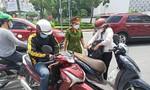Từ quận 7, Bình Chánh vào trung tâm TPHCM mua mì gói, bị CSGT phạt nặng