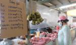 TPHCM: Chợ truyền thống niêm yết giá, lắp vách ngăn, người mua không trả giá
