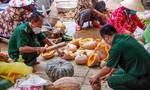 Mang rau củ đến từng nhà tặng người dân xã đảo duy nhất ở TPHCM