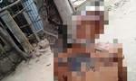 Người đàn ông chết trong tư thế bị trói vào cây trước nhà