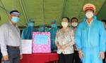 Lãnh đạo TPHCM kiểm tra phòng chống dịch ở cơ sở, tặng quà người dân