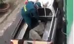 Thông tin 'công an dùng bạt quấn người mắc COVID-19 đưa lên xe' là bịa đặt