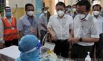 Bí thư Thành uỷ TPHCM động viên y bác sĩ, bà con tại điểm tiêm vaccine