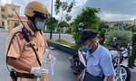 TPHCM: Cụ ông 87 tuổi đi bộ hơn 3km, được CSGT chở đến điểm tiêm vắc xin