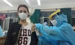 Loạt ảnh người dân TPHCM đi tiêm vắc xin ngừa COVID-19 trong đêm