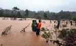 Dùng dây dù vượt lũ cứu hộ 5 người dân bị cô lập qua sông