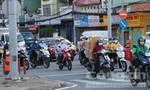 Lượng người xe trên đường đông hơn dù TPHCM tiếp tục giãn cách