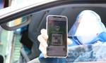 Công an quận 7 kiểm tra 'thẻ xanh Covid-19' của người dân ra đường