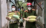 TPHCM: Công an mang từng bao gạo, bó rau trao cho người dân nghèo
