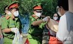 Bà con khu phong toả ở quận Bình Thạnh xúc động nhận gạo nghĩa tình