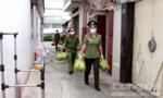 Công an Quận 8 mang hàng chục tấn nhu yếu phẩm đến tặng bà con