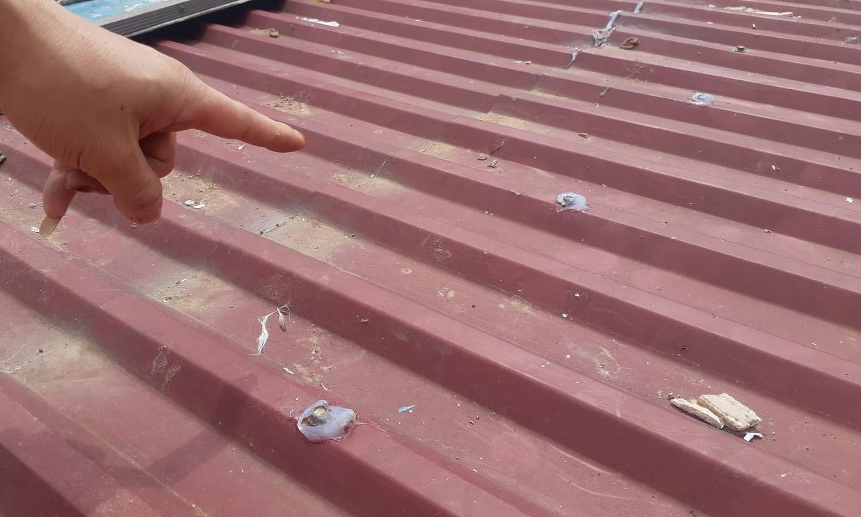 Kẻ gian đột nhập từ mái nhà, tháo ốc vít mái tôn rồi phá thêm lớp trần thạch cao để vào trong lấy tiền vàng.