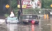 Cảnh sát Mỹ 'giải cứu' cô dâu, chú rể khỏi xe bị ngập nước lũ