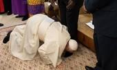 Clip Giáo hoàng quỳ gối hôn chân các lãnh đạo Nam Sudan