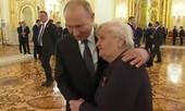 Clip ông Putin ôm và hỏi thăm cô giáo cũ tại Điện Kremli