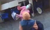 Clip người phụ nữ gốc Á bị hành hung trên đường phố New York, Mỹ