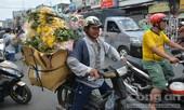 Người dân TP.HCM tấp nập vui chơi ở đường hoa, đường sách ngày cuối năm