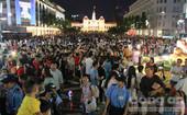 Hàng ngàn người dân đổ về đường hoa Nguyễn Huệ đón năm mới