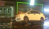 Mưa lớn, xe ô tô tông thẳng vào dải phân cách