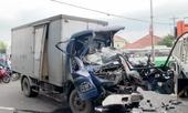 Xe tải tông xe tải, tài xế kẹt trong cabin biến dạng