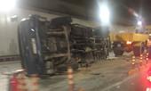 Xe tải nổ lốp lật ngang trong hầm Thủ Thiêm