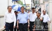 Bí thư Nguyễn Thiện Nhân đội mưa thị sát 'rốn ngập' của thành phố