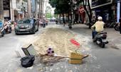 Bãi bùn đất nằm chình ình trên đường phố