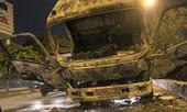 Xe tải cháy rụi đầu trong đêm
