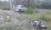 Ô tô cuốn xe máy rồi kéo lê vào lề đường, một người tử vong