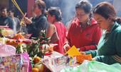 Người Sài Gòn chi tiền triệu mua lễ vật cúng Tết Nguyên tiêu