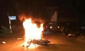Xe máy cháy dữ dội sau đấu đầu xe tải, hai anh em sinh đôi thương vong