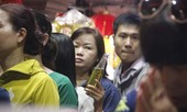 Chen lấn trong ngôi chùa cổ ở Sài Gòn để rót dầu cầu con cái