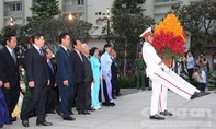 Đoàn Đại biểu Đại hội Đảng bộ TPHCM dâng hương tại Tượng đài Chủ tịch Hồ Chí Minh
