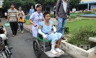 Bé gái bán vé số bị mẹ thiêu sống xuất viện với băng trắng tay chân
