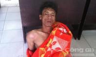 Nam thanh niên nghi ngáo đá khống chế tài xế, châm lửa đốt xe taxi