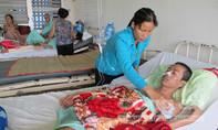 Nhói lòng cảnh vợ nhịn ăn, ẵm chồng bị đoạn chi đi chữa bệnh