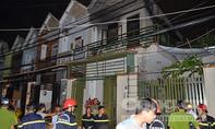 Hai mẹ con dìu nhau chạy khỏi căn nhà bốc cháy