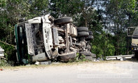 Tránh hai xe máy đi ngược chiều, xe tải lật ngửa bên lề đường