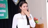 Hoa hậu Phạm Hương bật khóc khi về thăm trường cũ