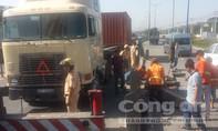 Xe container 'đại náo' chân cầu vượt Thủ Đức
